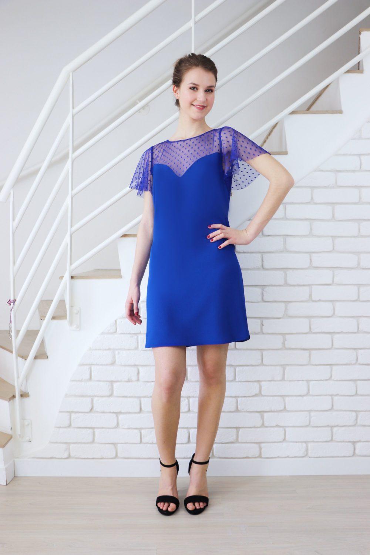 La robe de soirée bleu roi Léopoldine est de forme semi ajustée; son décolleté est en forme de coeur et ses manche papillon. Elle est composée de deux tissus ton sur ton : un crèpe cady bmleu roi italien et un tulle plumetis.