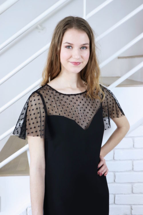 Zoom sur le haut de la robe de soirée noire Léopoldine avec son décolleté en forme de coeur et ses manches légères.