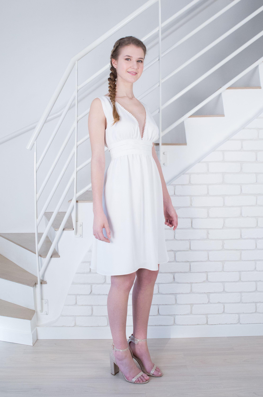 De profil, la robe de mariage civil Anémone marque la taille.