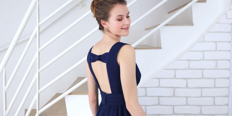 Le dos de la robe de soirée Anémone est ouvert et se ferme en haut pas un noeud.