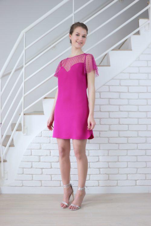 De profil, la robe Léopoldine est fendue et le bas de ses cotés est arrondi.
