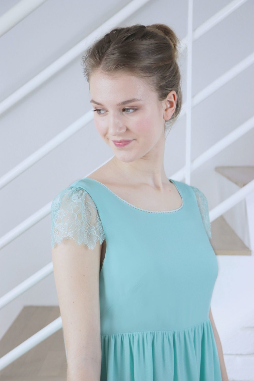 Focus sur la manche en dentelle vert mint de la robe de soirée Luce.