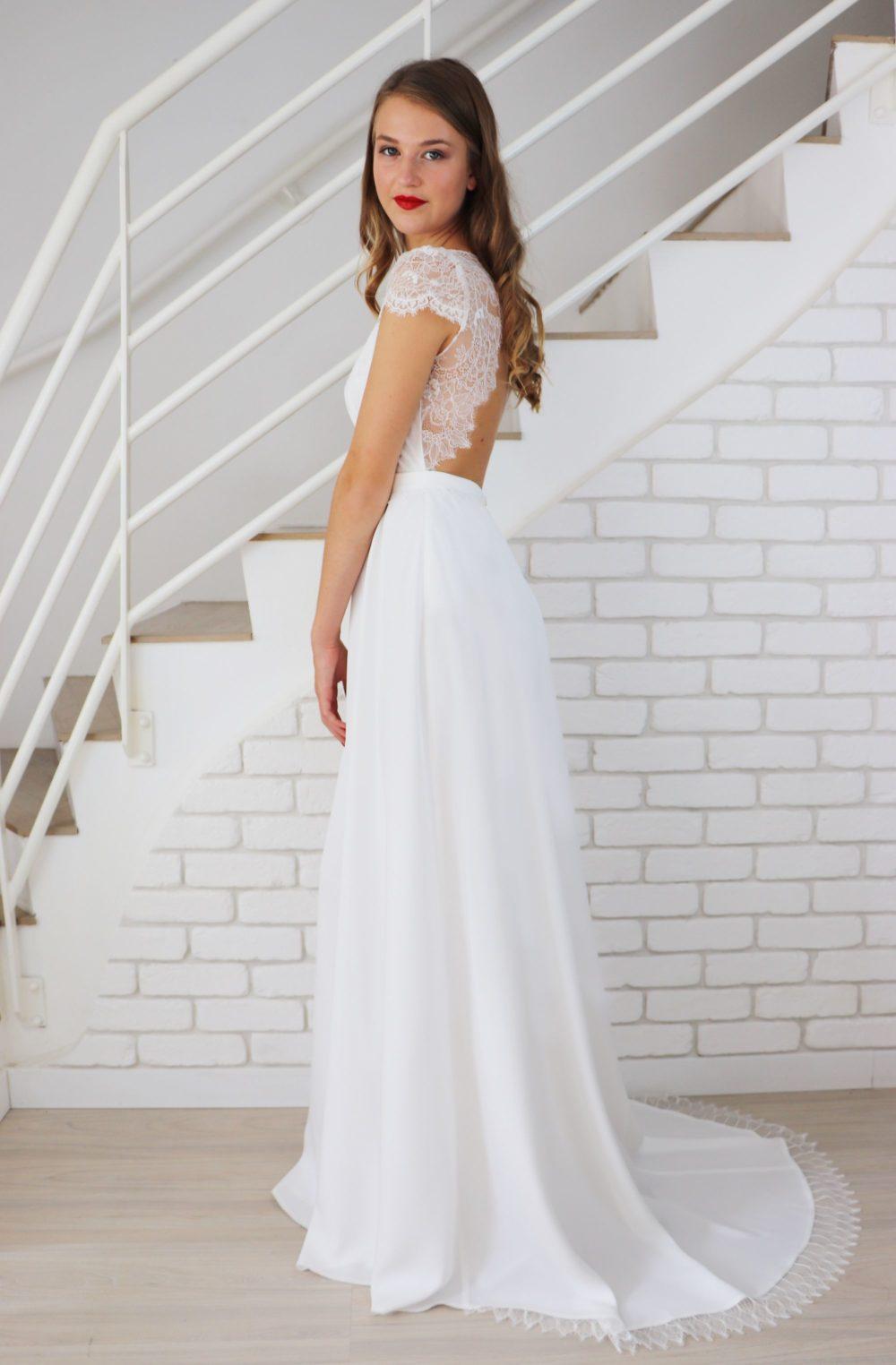 Robe de mariée longue de cérémonie avec traine et dos ouvert en dentelle de chantilly.