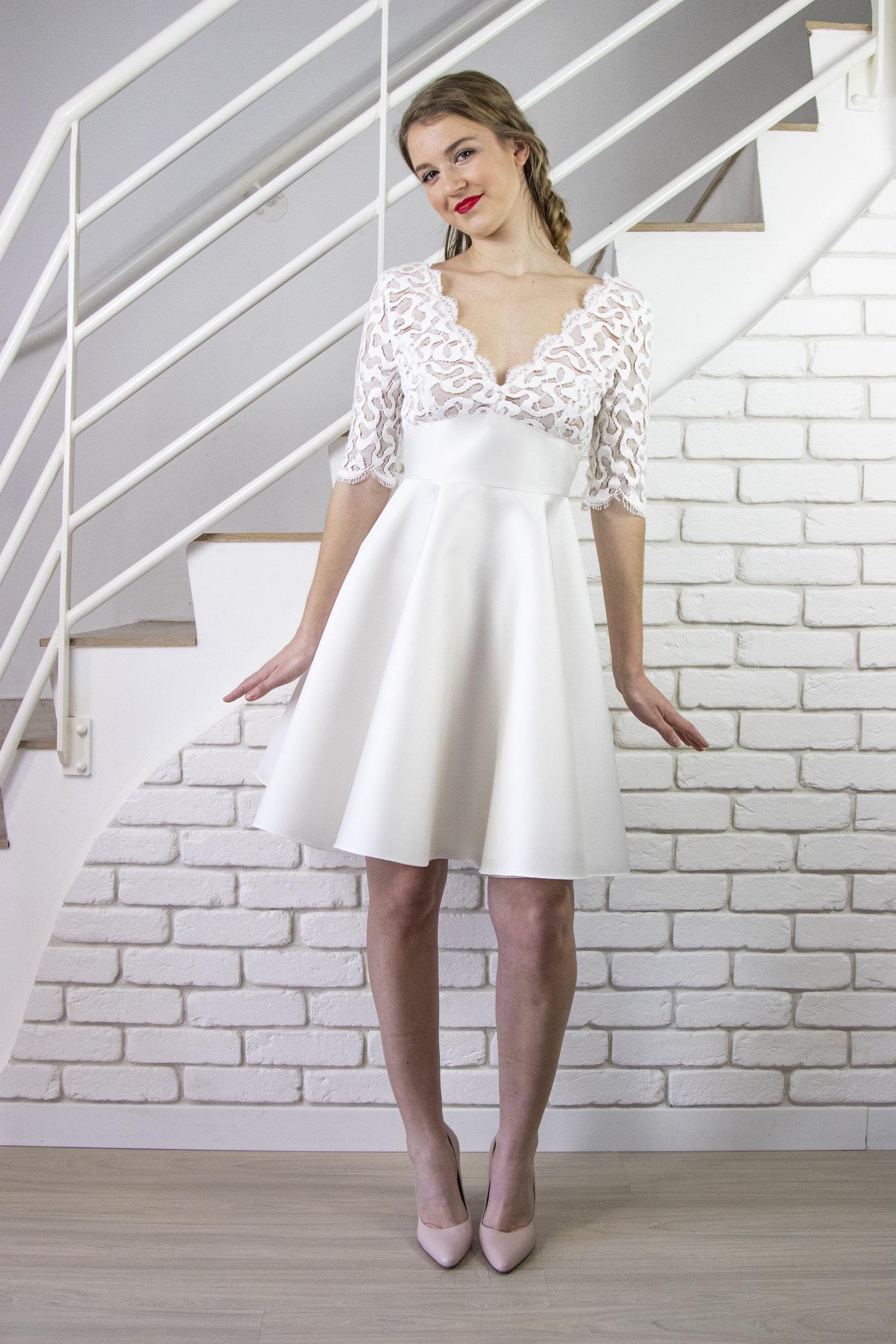 devant de la robe de mariée courte gina en soie et dentelle de calais. le bas de robe est en cercle et tourne lorsque vous dansez !