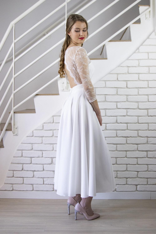 De profil, la robe de mariage civil Éloïse mets en valeur la taille et le bas du dos. La ceinture avec ses trois plis religieux apporte de la modernité à la robe.