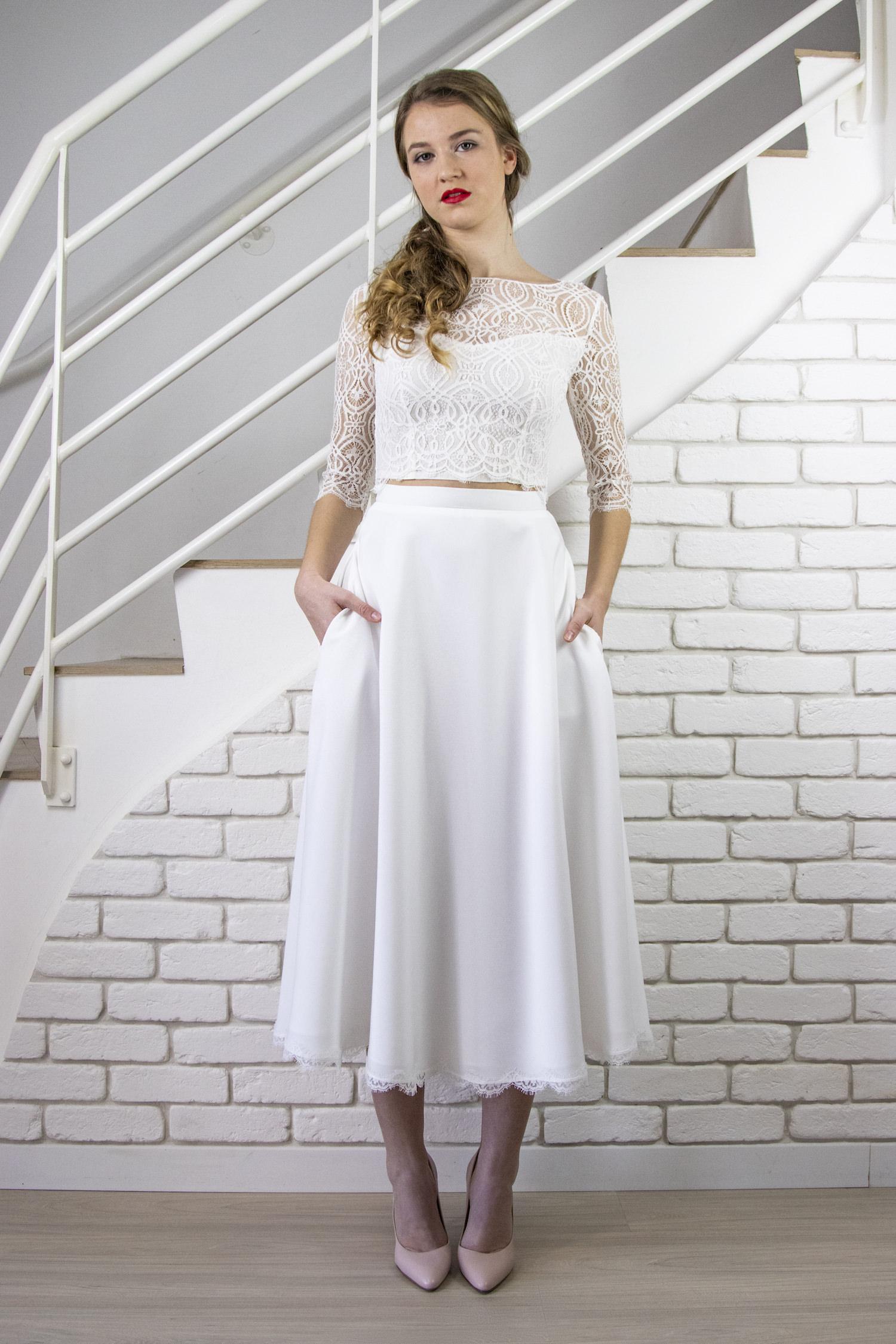 L'ensemble de mariée top et jupe Isabella conviens aux mariées modernes et tendance qui souhaitent une tenue longue et en même temps facile à porter.