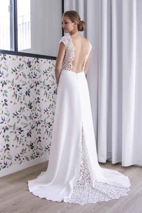 Dos nu de la robe de mariée Léa avec ses détails de petites fleurs.