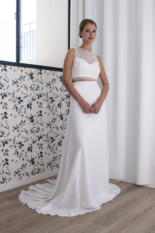 Le top de mariée Sarah est porté avec la jupe longue Prisca en crèpe.