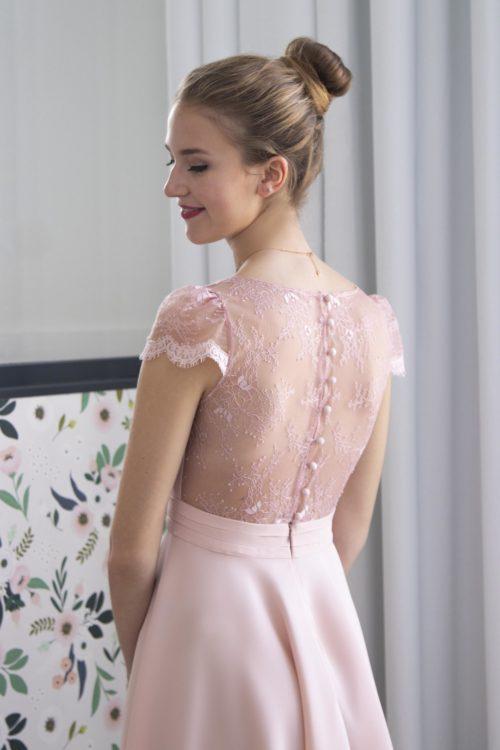 Focus sur le dos de notre robe de soirée Jeanelle avec sa dentelle de Chantilly rose poudré.