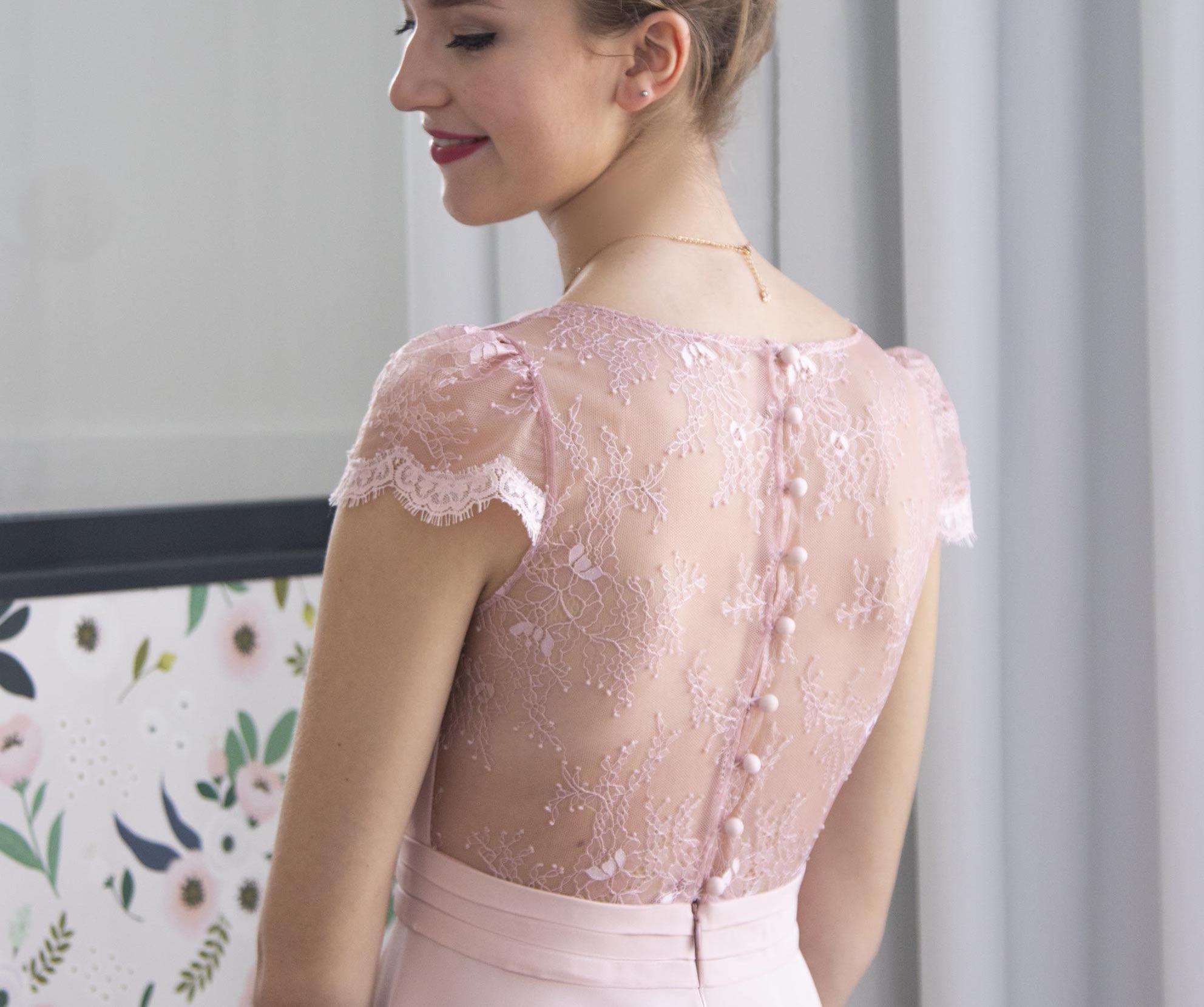 Très gros plan sur le dos en denetlle de Chantilly de notre robe Jeanelle rose poudré.