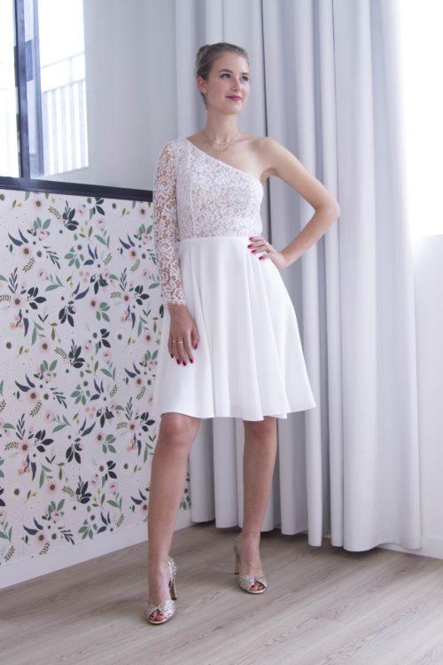 La robe mariage civil Francesca est féminine et moderne avec son épaule dénudée.