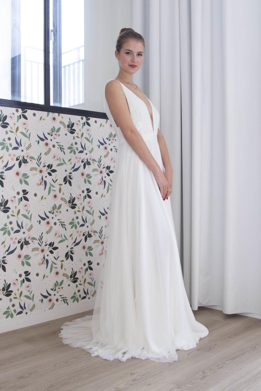 de face, la robe de mariée Marilyn en tulle plumetis et guipure affine la taille en la marquant.