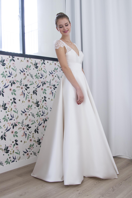 robe de mariee ceremonie en mikado de soie et dentelle geometrique.