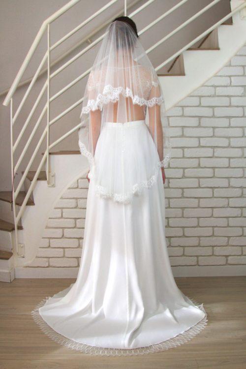 De dos, le voile de mariée court Edith fait son effet avec son tombé souple juste sous les fesses.