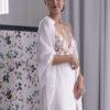 Le châle de mariée Mila habillera vos épaules lors de la soirée de votre mariage ou bien à l'église.