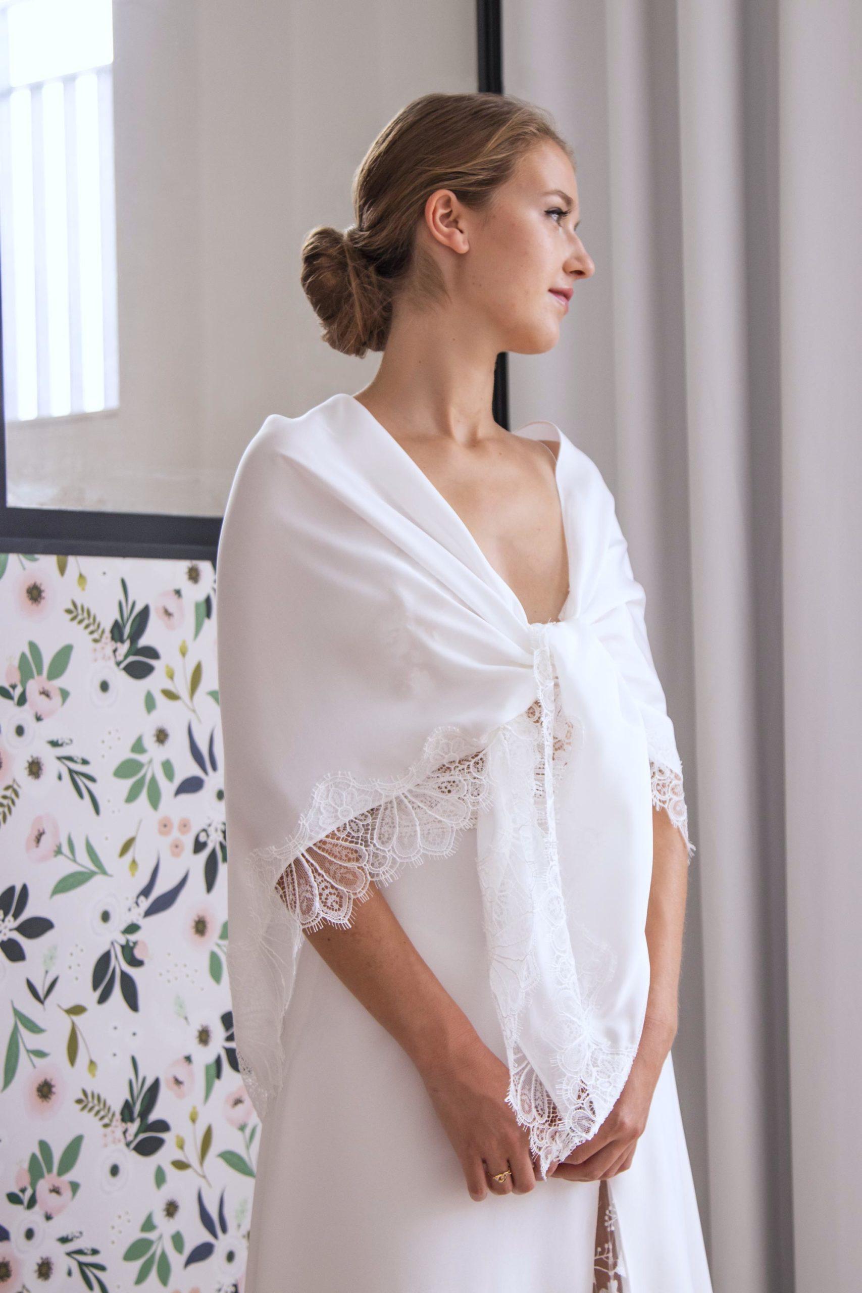 châle de mariée en soie et dentelle de Calais, noué sur les épaules.
