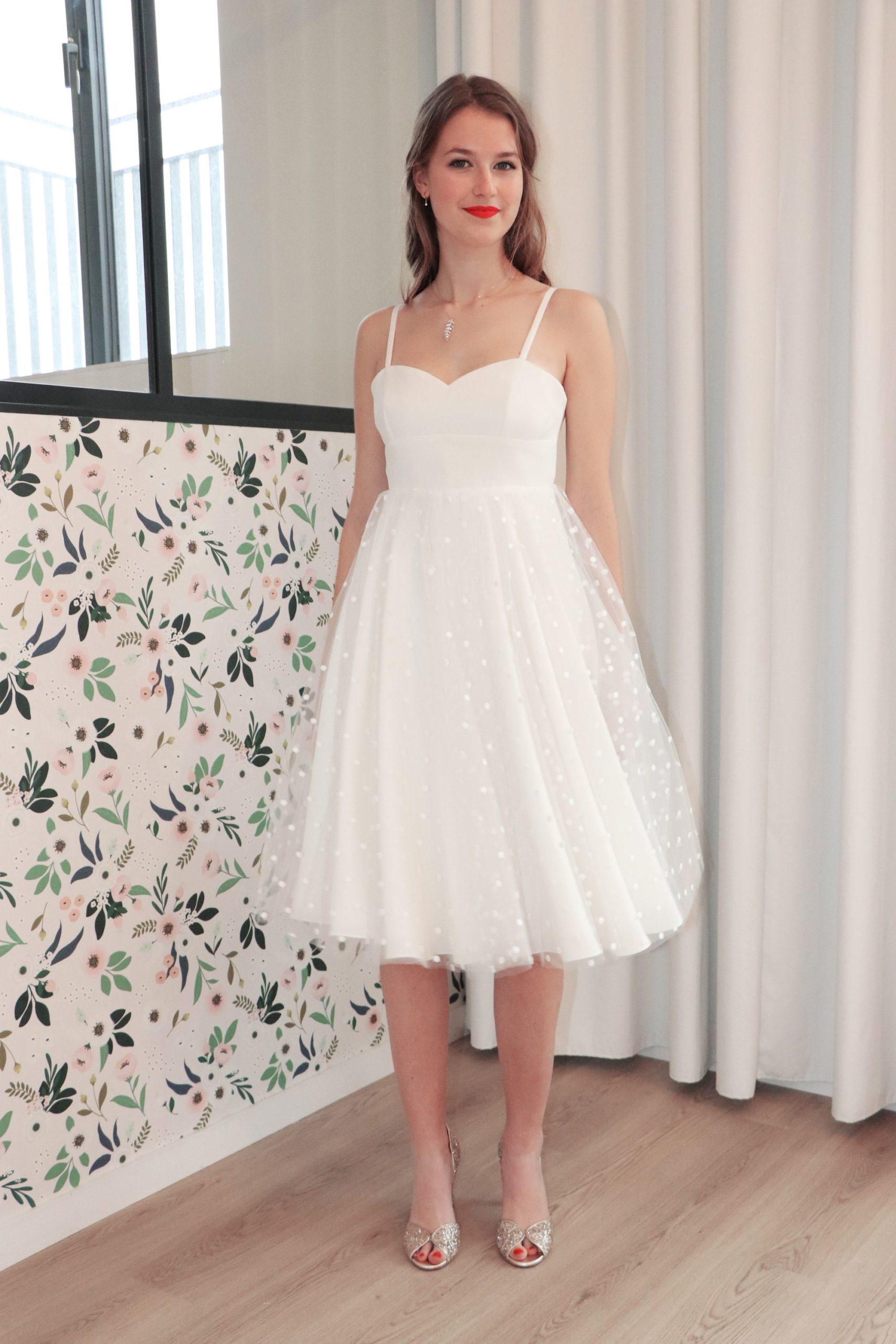 La robe de mariage civil a un haut en bustier coeur et un bas en cercle avec du tulle à pois.