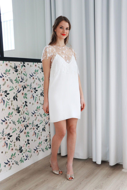 robe mariage civil bianca en crèpe et tulle brodé à petites fleurs. La robe est dans l'esprit nuisette.