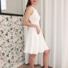 Le profil de la robe Carlita dévoile son dos nu surprenant.