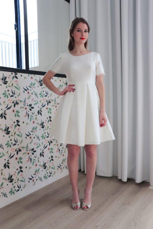 de devant, la robe de mariage civil Laura est sage avec son encolure ronde et sa jupe à plis.
