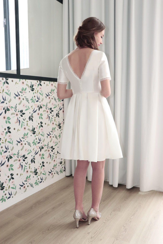 """Le buste dos de la robe de mariage civil Laura est décolleté en """"v""""."""
