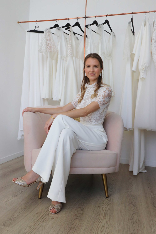 Le pantalon de mariée Julie est agréable à porter : son tissu est stretch ce qui permets de s'assoir confortablement.