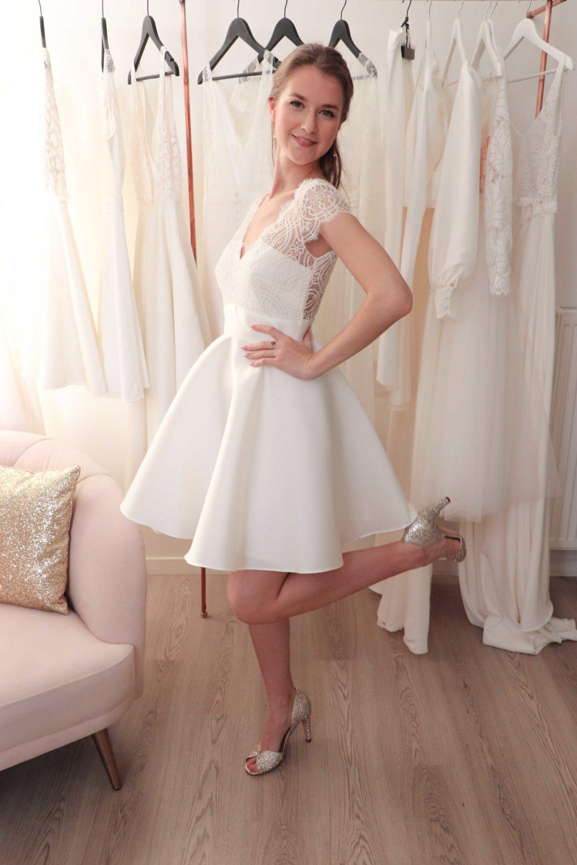 Vue de profil de notre robe de mariée courte céline en dentelle de Calais et mikado de soie.