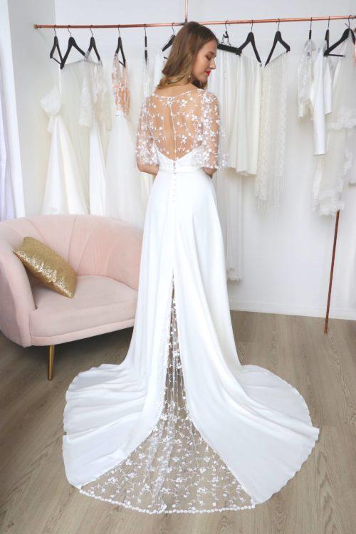 robe de mariée longue en crèpe et tulle brodé. Le dos de robe a une longue traine dans laquelle est insérée une quille en tulle brodé.